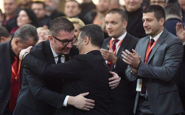 Груевски и Мицкоски во прегратка. Фото: Јана Поповска/kolektif.mk