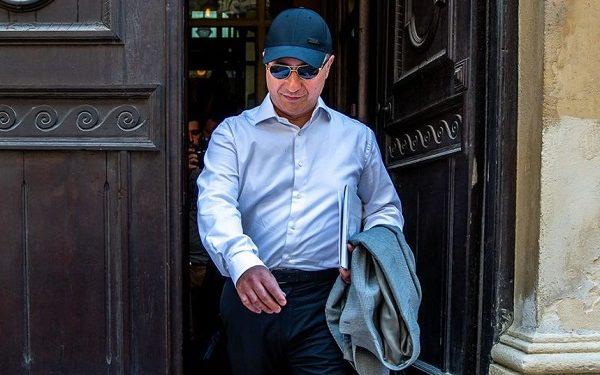 Никола Груевски, фотографиран во Будимпешта, маскиран со капче и очила за сонце. Фото: János Marjai / 24.hu