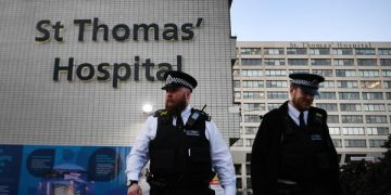 epa08347278 Police stand guard outside St.Thomas's Hospital in London, Britain, 07 April, 2020. British Prime Minister Boris Johnson is being treated for Coronavirus at St. Thomas' Hospital, and was moved to the Intensive Care Unit after his condition worsened. Countries around the world are taking increased measures to stem the widespread of the SARS-CoV-2 coronavirus which causes the Covid-19 disease.  EPA-EFE/ANDY RAIN