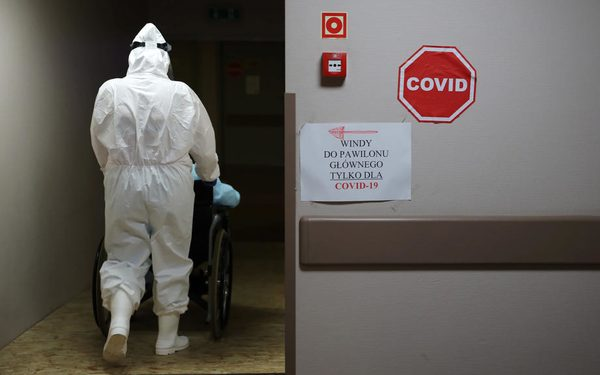 epaselect epa08516735 A health worker wearing personal protective equipment with a patient infected with the coronavirus diseaseat the Central Clinical Hospital of the Ministry of the Interior and Administration in Warsaw, Poland, 29 June 2020. The number of confirmed coronavirus infections in Poland increased by 247 since 28 June and reached 34,154, the Ministry of Health said on 29 June morning. Another six people have died, bringing the death toll to 1,444.  EPA-EFE/Leszek Szymanski POLAND OUT