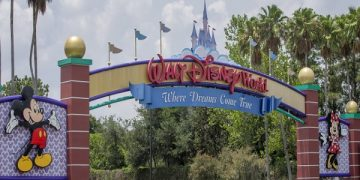 epa08706943 (FILE) - The main entrance to the Walt Disney World Resort of theme parks outside of Orlando, Florida, USA, 28 May 2020 (29 September 2020). Disney announced on 29 September 2020 that they will be laying off 28,000 US employees from their theme parks due to the COVID-19 coronavirus pandemic.  EPA/ERIK S. LESSER *** Local Caption *** 56115966