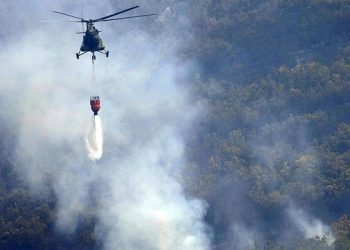epa01078480 A Macedonian Army helicopter extinguishes a forest fire near the village of Kopance 25 km. from Skopje on 27 July , 2007.Croatia, Turkey, Slovenia and Germany have sent firefighting aircrafts to Macedonia, to help the country solving the situation with the wild-fires.  EPA/DARKO ANDONOVSKI