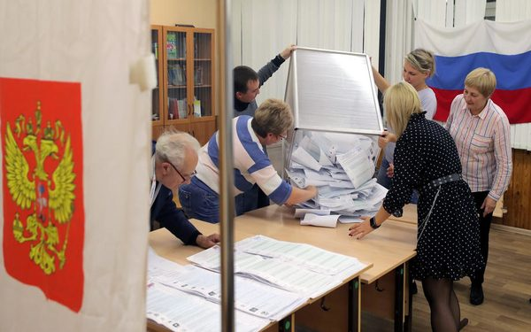 epa09477056 The members of the local election commission open the ballot box for counting at a local school during the Parliamentary elections in Podolsk outside Moscow, Russia, 19 September 2021. Elections of deputies of the State Duma (Russia's lower house of parliament), governors, deputies of the regional and city runs from 17 September to 19 September. The voting in the State Duma takes place in one round according to a mixed system - 225 deputies must be elected from party lists and 225 deputies - from single-mandate constituencies.  EPA-EFE/MAXIM SHIPENKOV